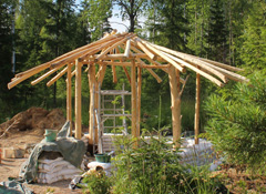 Roundwood frame with reciprocal roof
