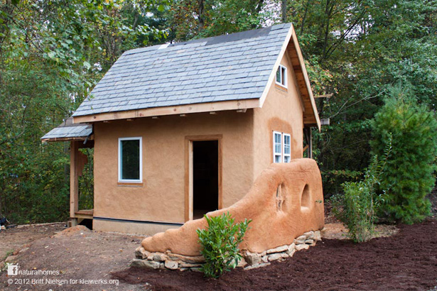 A tiny house built from slip straw near asheville usa for Building a house in nc