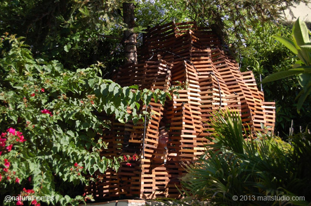 Knitting your own treehouse with wood from recycled pallets for Pallet tree fort