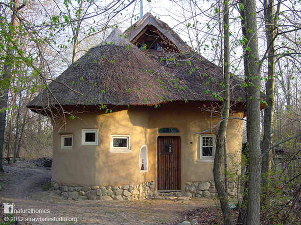 The beautiful thatched Straw Bale Studio in Oxford, MI, USA
